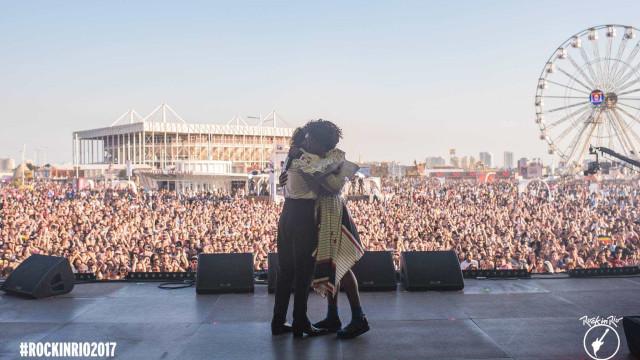 Com beijaço, Hooker e Liniker cantam o amor livre no Rio