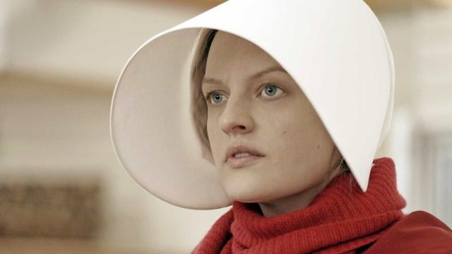 Vencedora do Emmy, 'The Handmaid's Tale' será exibida na TV em 2018