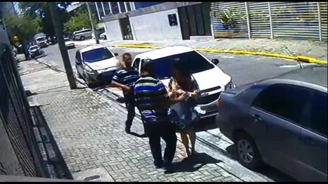 Mulher tem carro roubado na Zona Norte de Recife; veja vídeo