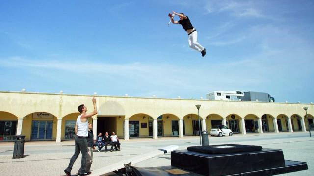 Jovens fazem acrobacias impressionantes com gangorra