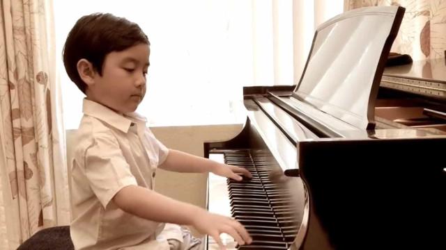 Criança de 6 anos toca Chopin no piano e mostra seu talento