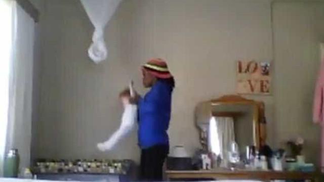 Babá é flagrada ao lançar bebê ao berço com violência