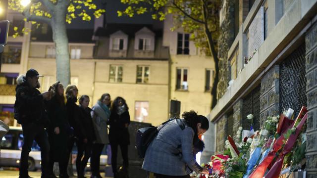 Suspeito de ataque em Paris ainda está livre, diz rádio