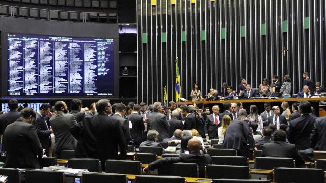 Câmara empurra para 2020 fim das coligações entre partidos