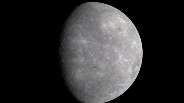 Mesmo 'grudado' ao Sol, Mercúrio abriga crateras de gelo
