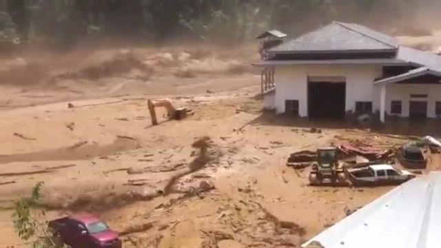 O impressionante momento em que uma barragem se rompe