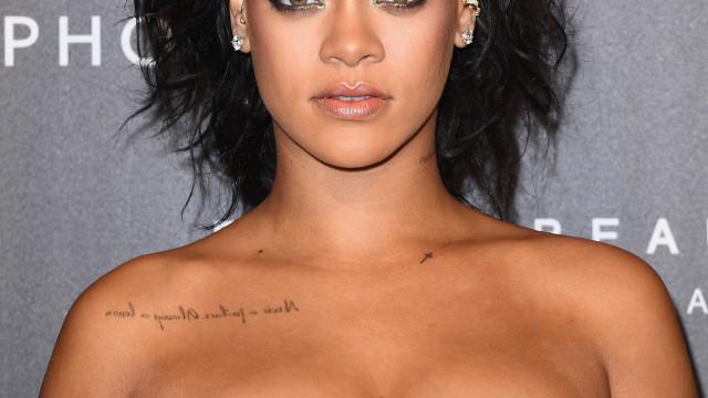 Rihanna aparece exuberante em vestido tomara-que-caia