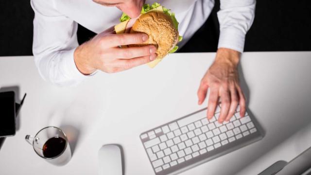 6 razões para nunca almoçar na mesa de trabalho