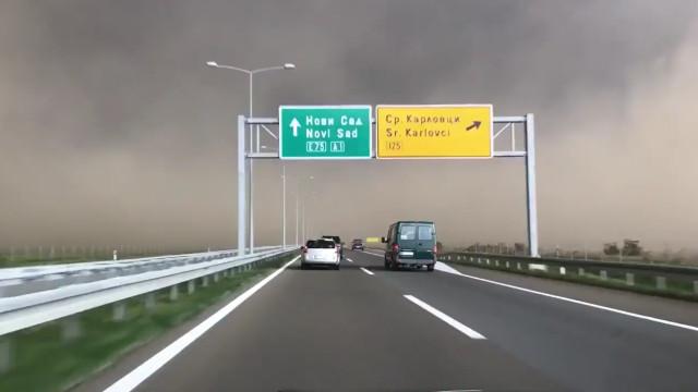 Tempestade de areia invade estrada na Sérvia