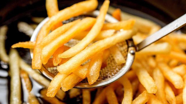Vai fritar batata? Veja como saber se o óleo está quente o suficiente