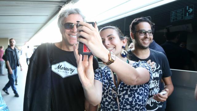 Jon Bon Jovi é tietado por fãs ao desembarcar no Rio