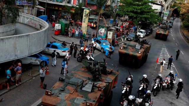 Vídeo mostra Forças Armadas nas ruas do Rio após confronto na Rocinha