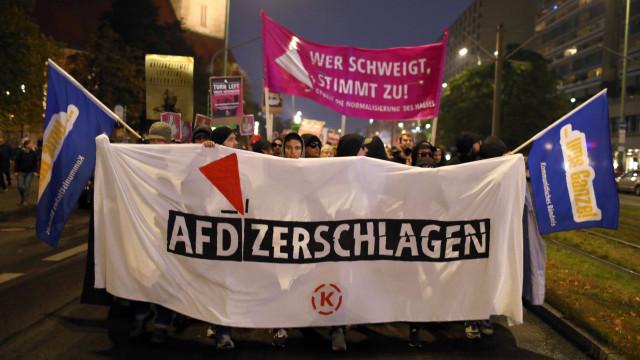 Manifestantes protestam contra partido da direita radical na Alemanha