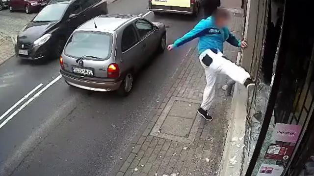 Homem quebra vitrine e recebe uma dose de carma instantâneo