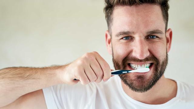 5 alimentos e bebidas que prejudicam os dentes; conheça