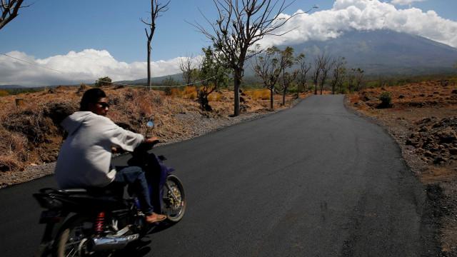 Indonésia evacua 75 mil pessoas por erupção de vulcão em Bali