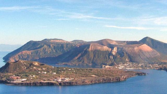 Conheça Vulcano, a ilha com um vulcão ativo na Itália