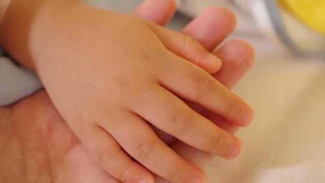 Professora é filmada asfixiando criança de dois anos em creche no RS