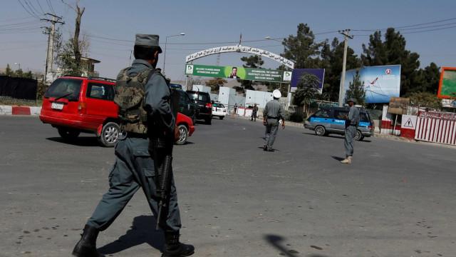 Talibãs atacam postos militares, matam 25 soldados e sequestram 12