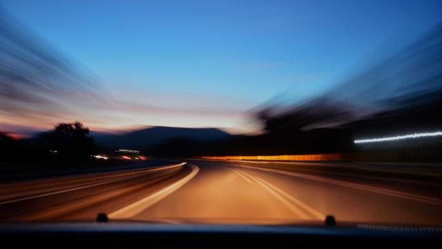Homem é flagrado dirigindo a 204 km/h com bebê dentro do carro