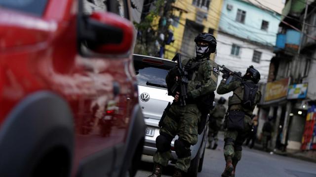 PM reforça efetivo de policiais na UPP da Rocinha