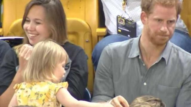 Príncipe Harry tem reação divertida ao ver criança roubando pipoca