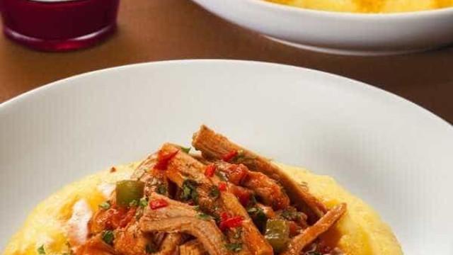 Angu com lagarto é deliciosa opção para almoço; aprenda