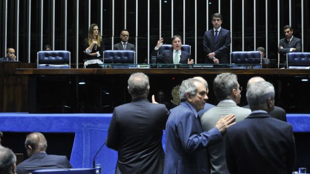 Senadores decidem revisar ordem do STF para afastar Aécio