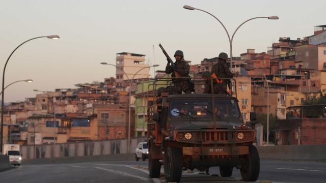 Operação da Polícia Militar apreende drogas e fuzis no Complexo da Maré