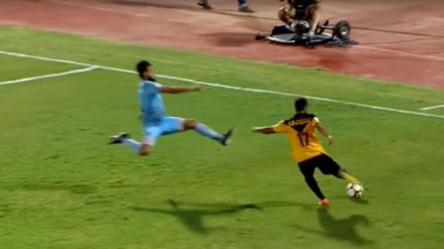 Jogador dá voadora em adversário e polícia precisa separar briga