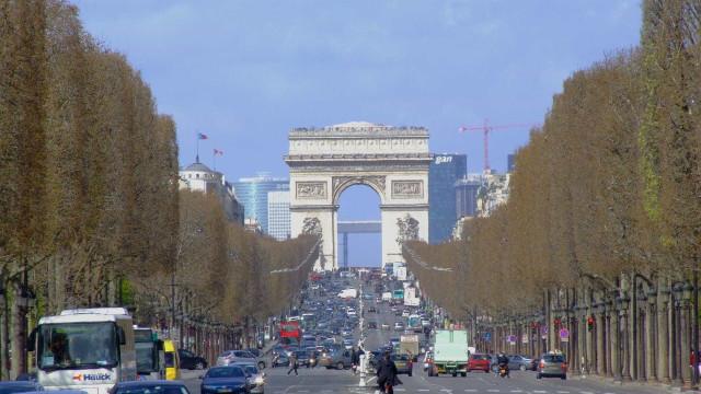 Marca fecha avenida em Paris para desfile com Jane Fonda e Helen Mirren