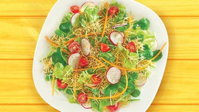Ideia diferente para a salada: Juliana com Batata Palha