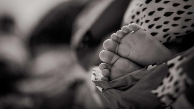 Bebê morre após parada cardíaca e polícia suspeita de espancamento