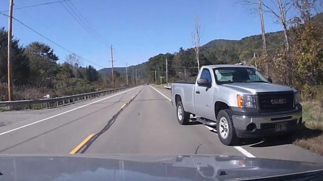 Camionete sai da pista e quase causa uma tragédia nos EUA