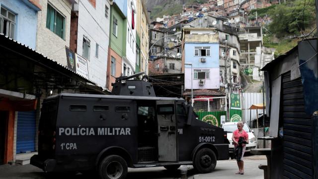 Confronto entre PMs e criminosos provoca pânico na Rocinha
