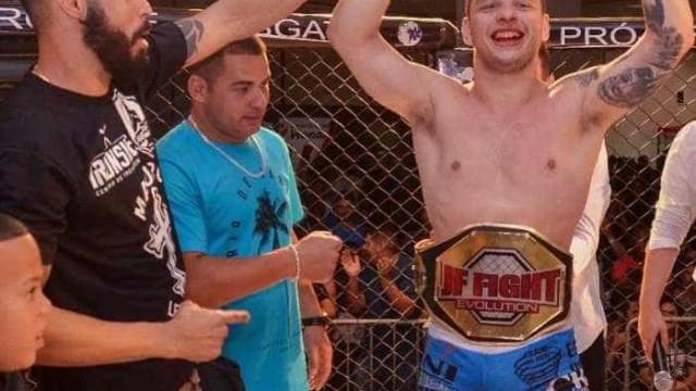 Torcedor se oferece para luta, vence e ganha cinturão em evento de MMA