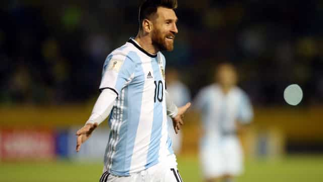 Lionel Messi faz três gols e coloca a Argentina na Copa do Mundo