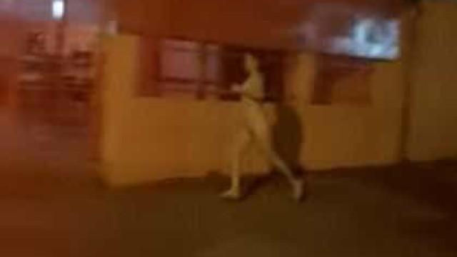 Jovem corre completamente nua pelas ruas atrás do namorado