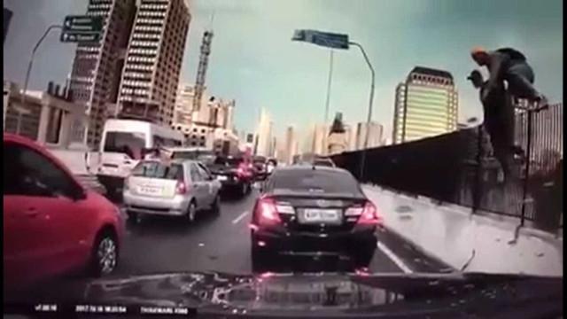 Vídeo mostra arrastão durante congestionamento em SP