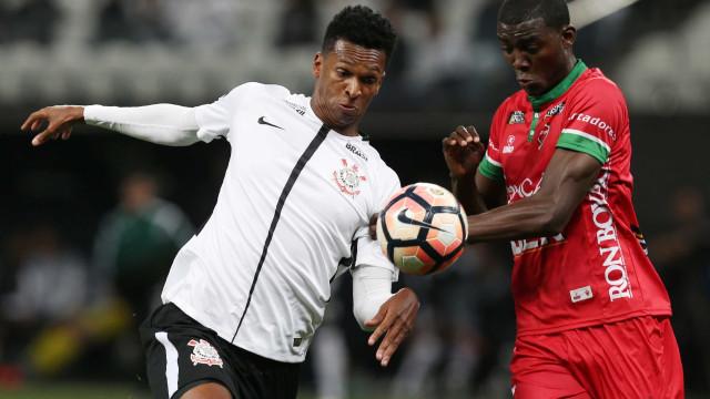 Jô cita boa fase e despista sobre possível saída do Corinthians