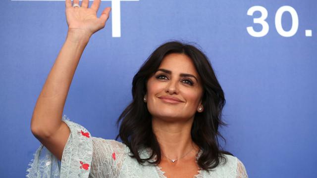 Penélope Cruz condena abuso de poder após acusações contra Weinstein