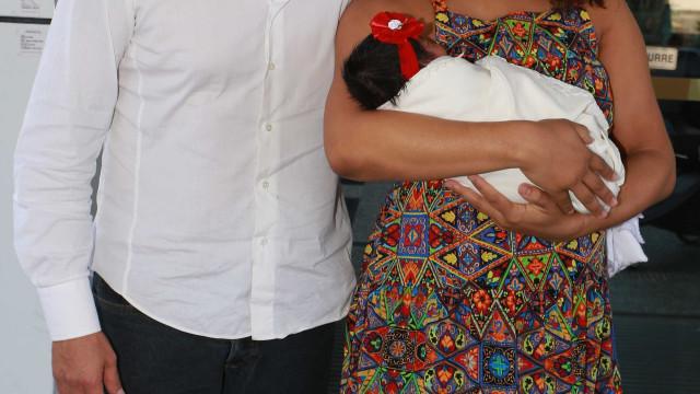 Juliana Alves responde críticas por ter ido ao samba com sua bebê