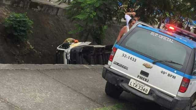 Van cai em valão e nove pessoas ficam feridas no Rio