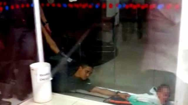 Menino é resgatada após ficar entalada entre paredes de vidro