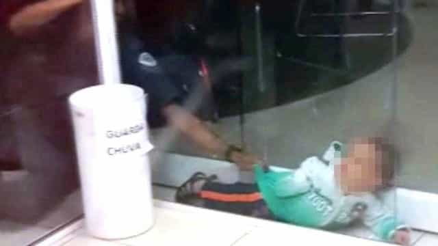 PM salva bebê esmagado em porta de vidro: 'dever cumprido, né?'