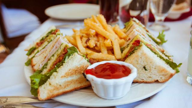 7 alimentos que você deve evitar ao almoço