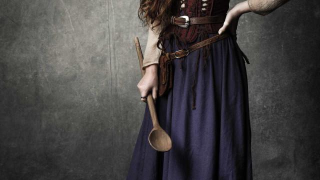 Marquezinee Marina Ruy Barbosa exibem figurino medieval de novela