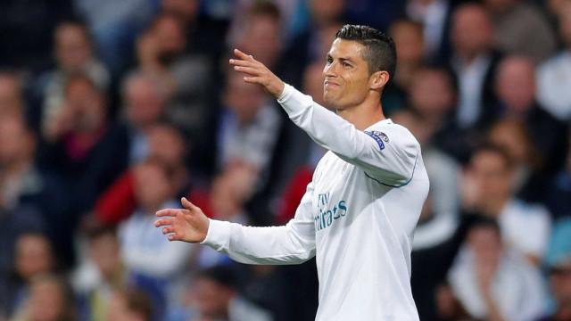 Cristiano Ronaldo tenta imitar Ronaldinho, mas se dá mal; assista