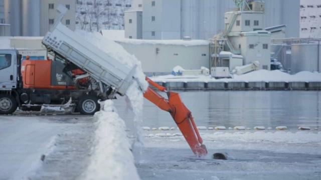 Trabalhadores no Japão limpam neve de forma inovadora!