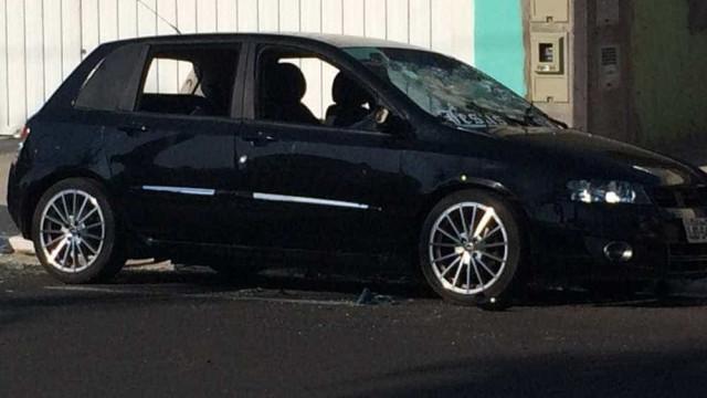 Mulher é flagrada quebrando vidros do carro do marido
